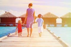 Мать при 2 дет идя на тропический пляжный комплекс Стоковая Фотография RF