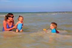 Мать при 2 дет плавая на море Стоковые Фотографии RF