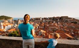 Мать при 2 дет смотря Дубровник, Хорватию Стоковое Фото