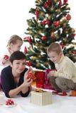 Мать при 2 дет украшая рождественскую елку Стоковые Изображения RF