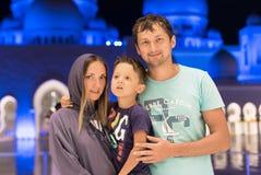 Мать при милый сын и отец мечтая на грандиозной мечети шейха Zayed Мечети в abaya Абу-Даби нося, paranja в ноче t Стоковые Изображения