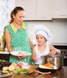 Мать при младенец варя на кухне Стоковая Фотография