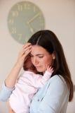 Мать при младенец страдая от депрессии столба натальной Стоковое Фото