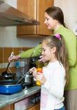 Мать при дочь варя на кухне Стоковое Фото