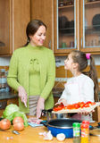 Мать при дочь варя на кухне Стоковые Изображения RF
