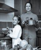 Мать при дочь варя на кухне Стоковое Изображение RF