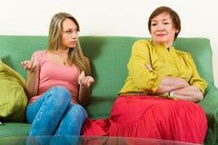 Мать при дочь говоря серьезно Стоковые Изображения RF