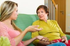 Мать при дочь говоря серьезно Стоковая Фотография