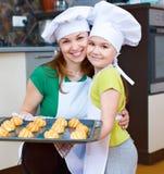 Мать при дочь делая хлеб Стоковые Фото