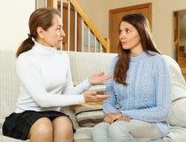Мать при предназначенная для подростков дочь имея серьезный говорить стоковое фото