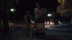 Мать при старший сын и младенец идя в вечер акции видеоматериалы