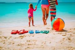 Мать при сын и дочь идя на пляж Стоковая Фотография