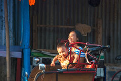 Мать при сын наслаждаясь ездой в рикше, Индонезии Стоковое фото RF