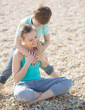 Мать при сын отдыхая на пляже Стоковое Фото