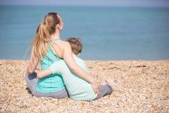 Мать при сын отдыхая на пляже Стоковое Изображение RF