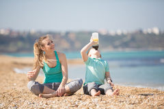 Мать при сын отдыхая на пляже Стоковое фото RF