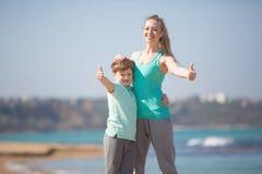Мать при сын отдыхая на пляже Стоковое Изображение