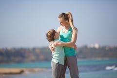 Мать при сын отдыхая на пляже Стоковые Изображения RF