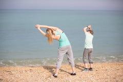 Мать при сын работая на пляже Стоковые Фото