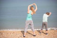 Мать при сын работая на пляже Стоковые Изображения RF