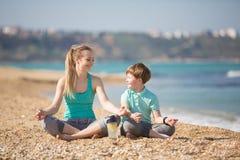 Мать при сын работая на пляже Стоковое Изображение RF