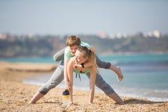 Мать при сын работая на пляже Стоковая Фотография