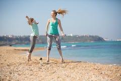 Мать при сын работая на пляже Стоковое фото RF