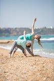 Мать при сын работая на пляже Стоковая Фотография RF