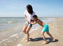 мать пляжа играя сынка стоковое фото