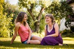 Мать разговаривая с ее подростковым ребенком Стоковая Фотография