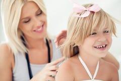 Мать расчесывая волосы дочери Стоковое Изображение RF