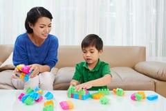 мать ребенка играя совместно стоковое изображение