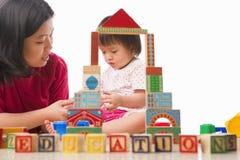 мать ребенка играя совместно Стоковые Изображения RF