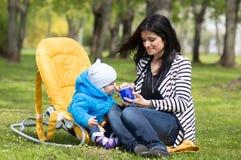 мать ребенка подавая Стоковые Изображения RF