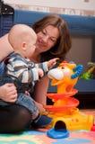 мать ребёнка играя детенышей Стоковые Изображения