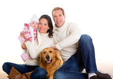 Мать ребёнка и семья отца счастливая в зиме и собаке Стоковая Фотография