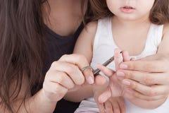 Мать режа ногти детей стоковые фотографии rf