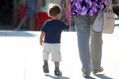 Мать рука ` s младенца на улице Стоковая Фотография