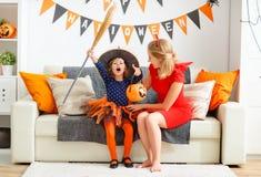 Мать семьи и дочь ребенка получая готова на хеллоуин, Стоковая Фотография RF