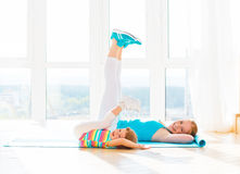 Мать семьи и дочь ребенка приниманнсяый за фитнес, йога на Стоковая Фотография RF