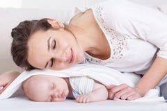Мать спать с маленьким младенцем стоковое фото
