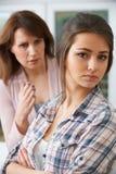 Мать споря с дочь-подростком Стоковое Изображение