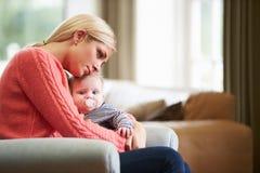 Мать страдая от депрессии столба натальной Стоковые Изображения RF