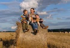 Мать, 2 сыновь и собака бигля на связке соломы Стоковая Фотография RF