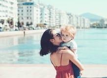 Мать с водой сына на море Счастливая семья на карибском море Летние каникулы и перемещение к океану Мальдивы или Майами стоковые изображения rf