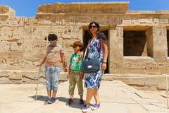 Мать с детьми на виске Habu стоковое изображение rf