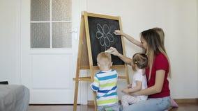 Мать с детьми покрасила цветок сток-видео