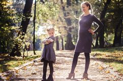 Мать с дочерью в парке осени Стоковое Фото