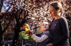 Мать с дочерью в парке осени Стоковая Фотография RF