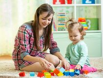 Мать с его игрой девушки ребенка совместно Стоковое Изображение RF